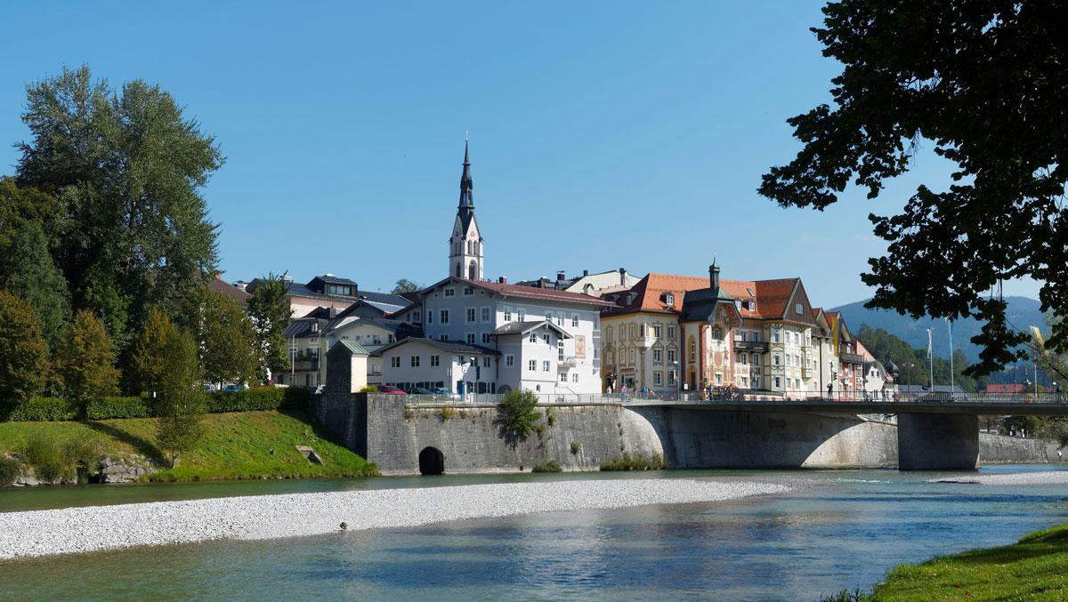 Isarbrücke in Bad Tölz mit der Tölzer Altstadt im Hintergrund