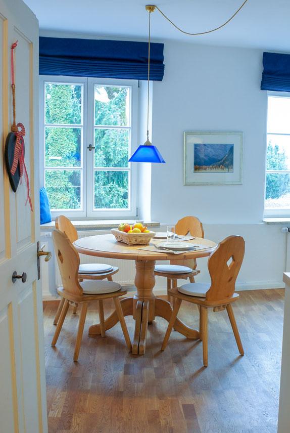 Esszimmer, Runder Tisch mit Obstschale